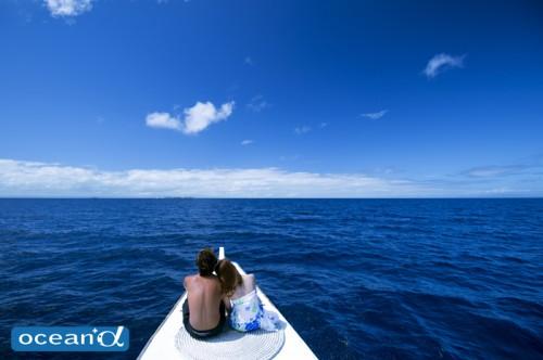 セブ島の青い海とバンカーボート(撮影:高砂淳二)