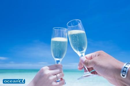 セブのパンダノン島、青い空とグラス(撮影:越智隆治)