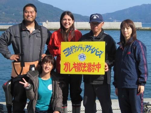 三陸ボランティアダイバーズと筆者(ボニー・ウェイコット)