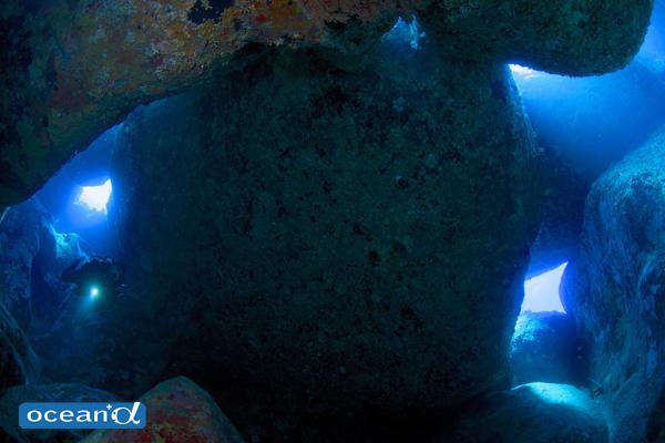 オガン、天馬崎の洞窟(撮影:中村卓哉)