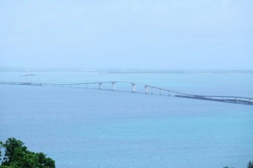 伊良部島から見た、建設中の伊良部大橋(撮影:むらいさち)