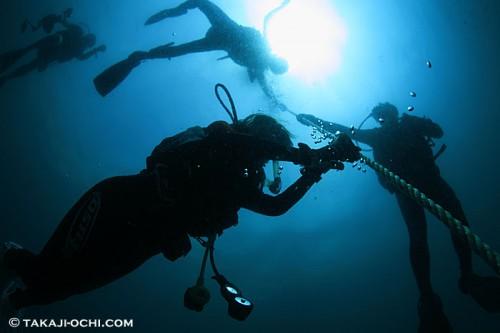 ニューカレドニアのダイバーのシルエット(撮影:越智隆治)