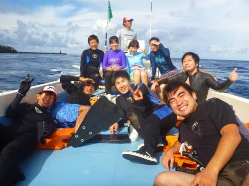 御蔵島でのドルフィンスイム参加者の船上での集合写真(撮影:寺山英樹)