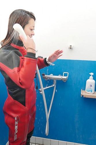 妻良でシャワーを浴びる稲生薫子(撮影:寺山英樹)