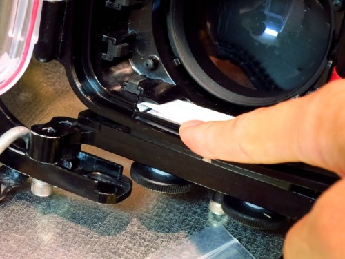 カメラハウジングOリングの掃除(撮影:大川拓哉)