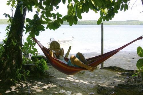 リセナン島の浜辺のハンモックでくつろぐ姿(撮影:中村卓哉)
