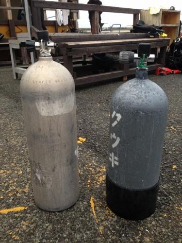 スチールタンクとメタリコン塗装されたスチールタンク(提供:石井隆)