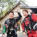 防寒対策をしてダイビングに臨む村井さんと稲生薫子(撮影:越智隆治)