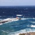 風の強い日の桟橋と白波(提供:小木万布)