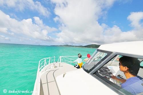 エメラルドグリーンの海が広がる久米島の初夏の海