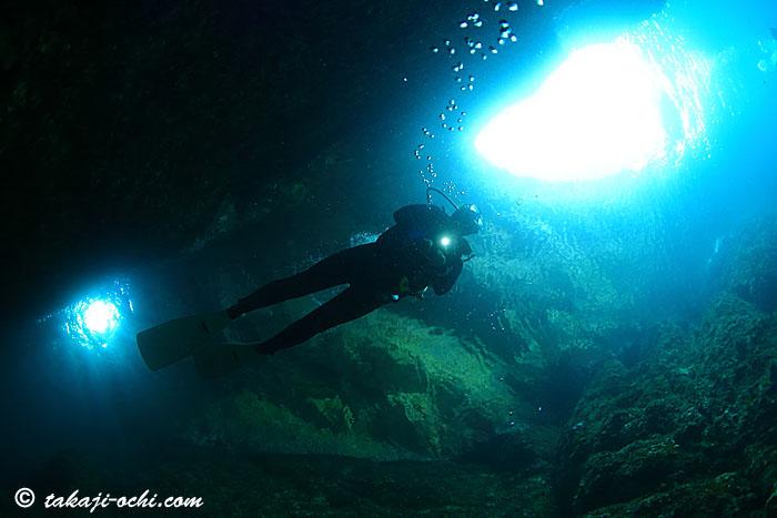 青と緑の洞窟(撮影:越智隆治)