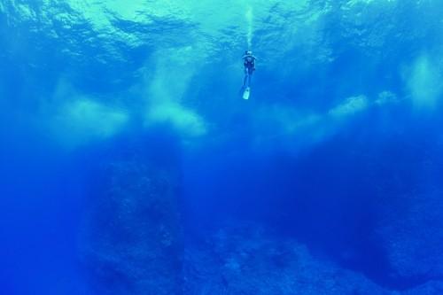 テニアンブルーの海(撮影:中村卓哉)