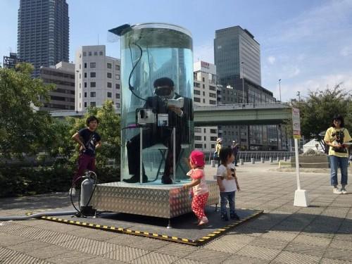 水面下で働く人(提供:栃川智士)