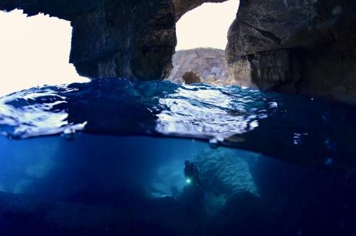 宮古島、七又アーチの半水面(撮影:中村卓哉)