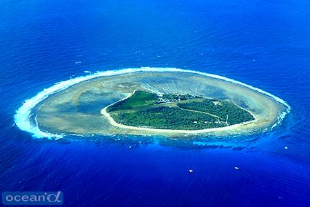 小さな滑走路が島を東西に分けるレディエリオット島の全貌