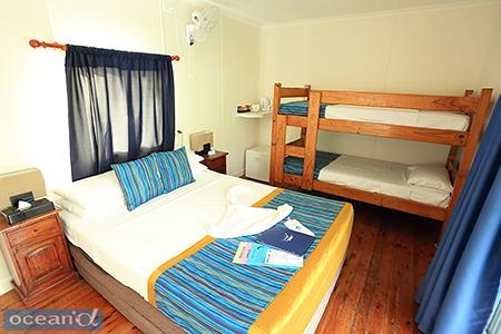 部屋の中には、クィーンサイズのベッドと2段ベッドがあり、ファミリーでも泊まれる