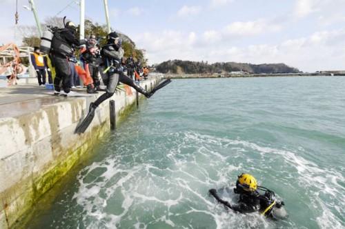 震災後の海にエントリーするダイバー