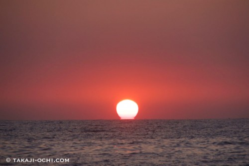 クダベラの魚村から沖に出てきた朝日を眺める