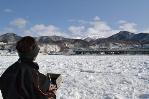氷上でドローンを操縦する大川氏
