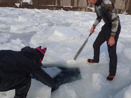 流氷に穴をあける