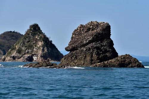 手前の黒島は凝灰角礫岩(ぎょうかいかくれきがん)で、奥の菜種島は花崗岩。この年代の違う島の間が地殻変動で起きた断層と推測される
