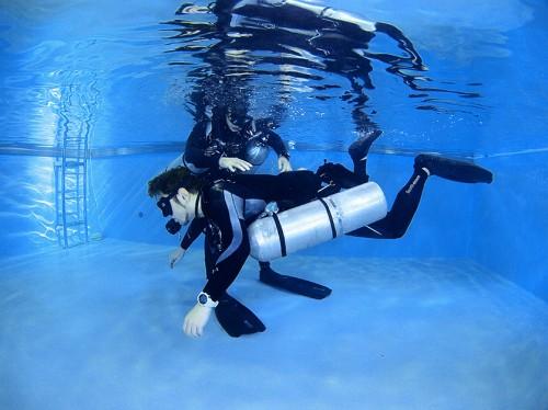 通常の、シングルタンクを背負ったダイビングでは、やや足が下がり気味なので、癖が出てしまう