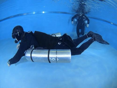 完璧な水平姿勢でピタッと浮かぶ田原さん。バランスを考えた装備だと、中層でもリラックスモードでいられる
