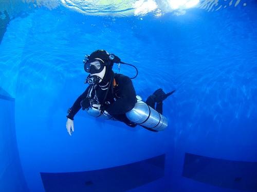 サイドマウントで水中姿勢の練習