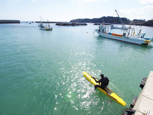 山中さんはパドルボートで水面からウォッチ&レスキュー態勢