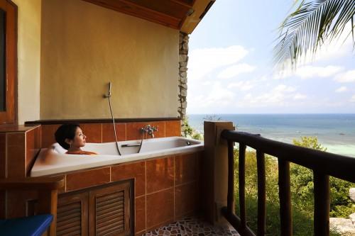 パラダイスシービューの部屋には、バルコニーにバスタブを備えている。海を眺めながらのんびりくつろげる