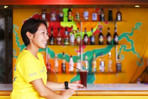 桟橋にはバーがあって、カクテルやビールなどのお酒が楽しめる