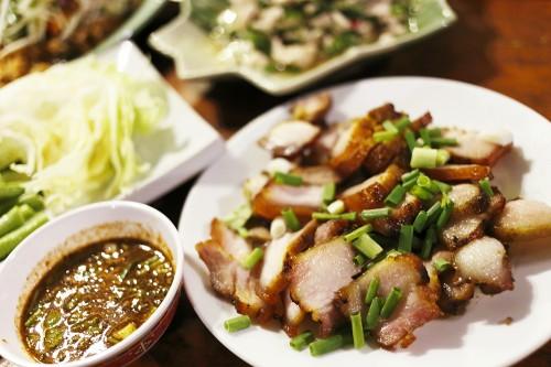 ヤムプラドゥーックフゥー(青マンゴーと揚げたナマズフレークのサラダ)はピリ辛で食べだすと止まらない旨さ