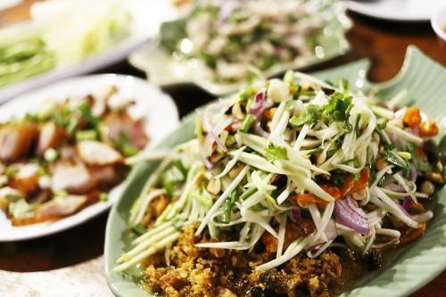 コームヤーン(豚のノド肉のグリル)は非常に美味しく、ビールのつまみにピッタリ。タイの東北部エリアのイサーン料理