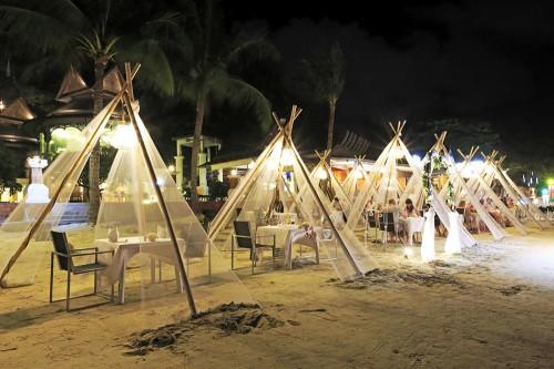 リゾートホテルのレストランでは、ビーチにセットアップされた席があって、ロマンチックなディナーが楽しめる
