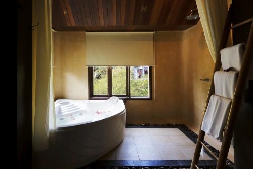 ゆったりとしたスペースのバスルーム。GRAND  DELUXE SUITE GARDEN VIEW