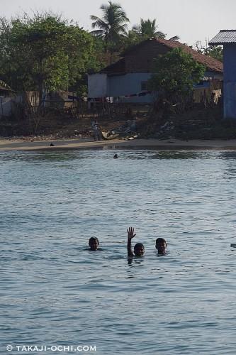 ビーチからヨットまで泳いできたスリランカ人の男の子たち