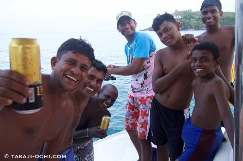 写真に向かって左から二人目が、船のオーナー。ただの酔っ払いの陽気なおっさんだった。センターが僕らのスリランカ人ガイドのメナカ