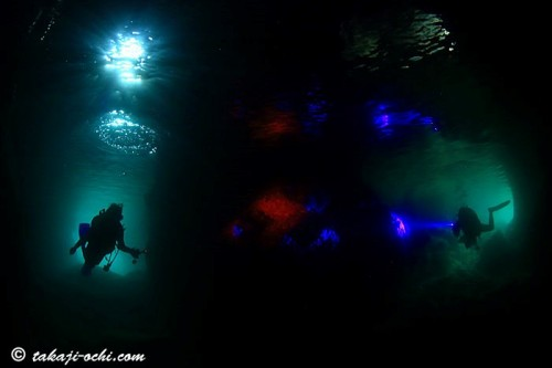 「青と碧(みどり)の洞窟」。左右の穴口で色が青とみどりの二色に見える不思議な洞窟 (撮影/越智隆治)