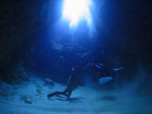 「地形ダイビングしたい」と言っていた修平さん。キレイな光の地形に潜れて大喜び