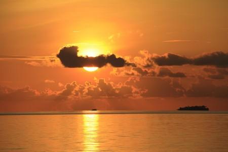 障害物が何もない大海原の夕日は格別
