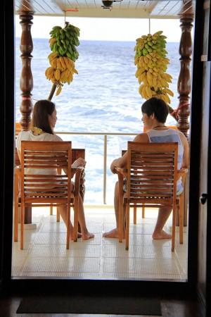 アフターダイビングに語り合うカップル。吊るしてあるバナナはいつでも食べてOK