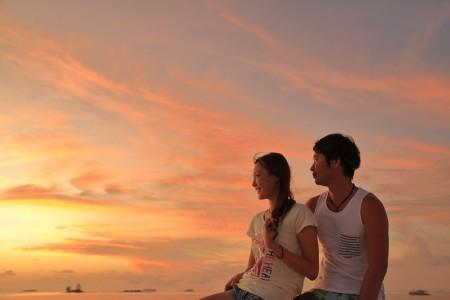 船首の夕日を眺めるハネムーナーカップル。この日の夕日が一週間で一番美しかった