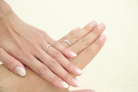 薬指に光る指輪が太陽に照らされて輝く