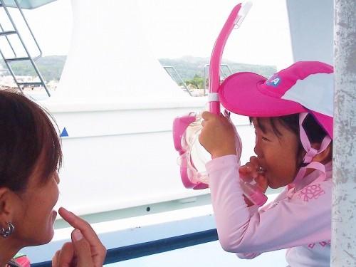 船上でスノーケルの使い方を教わる和葉ちゃん