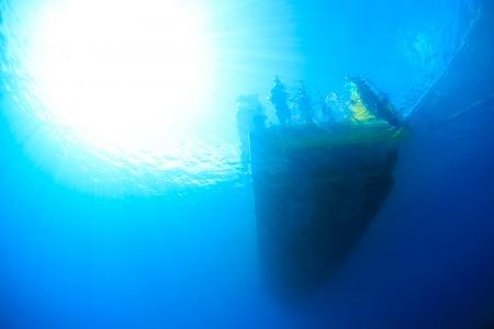 ベタ凪!海中からの船上の様子が見える最高のコンディション