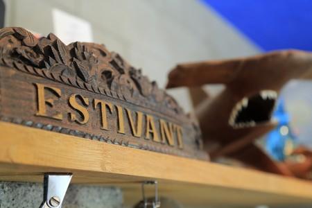 エスティバンの店内にある、木彫りのハンマー