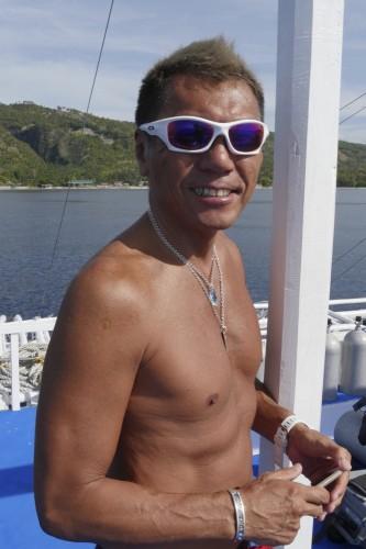 オーナーの下釜宏さん。「水面でダイバーの安全管理をするスナイパーも備えて、皆さんのまたのお越しをお待ちしています!」