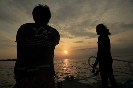 日が沈んだら暗くなった海中へエントリー