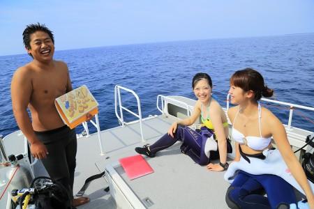 船上でブリーフィング