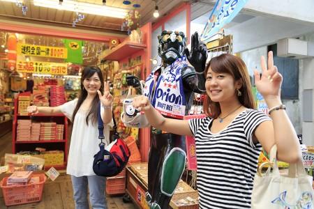 琉人マブヤー人形と記念撮影